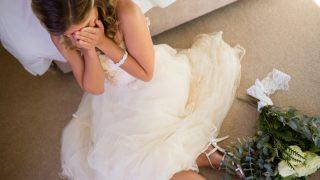 結婚式のトラブルに落ち込む花嫁